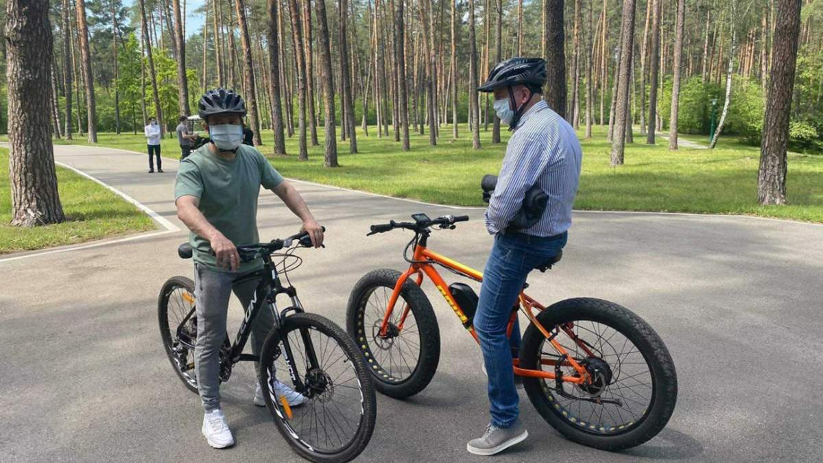 Зеленский покатался на велосипеде с журналистами: о чем говорили