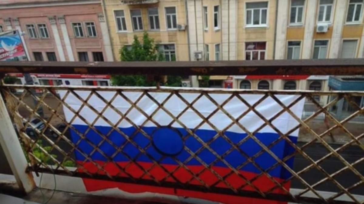 Жінку викрали після того, як вона зняла російський прапор зі свого балкону