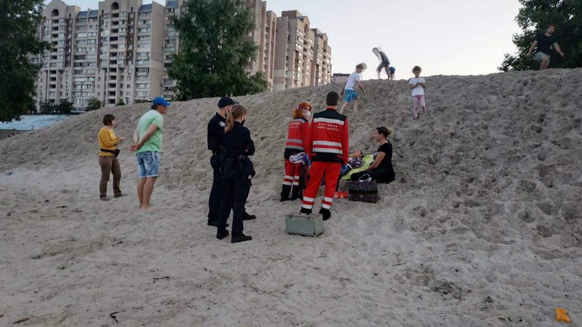 В Киеве девочку присыпало горой песка, очевидцы чудом спасли ребенка – фото и видео