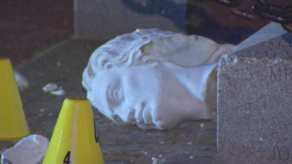 Во время протестов в США, в Бостоне оторвали голову статуи Колумба