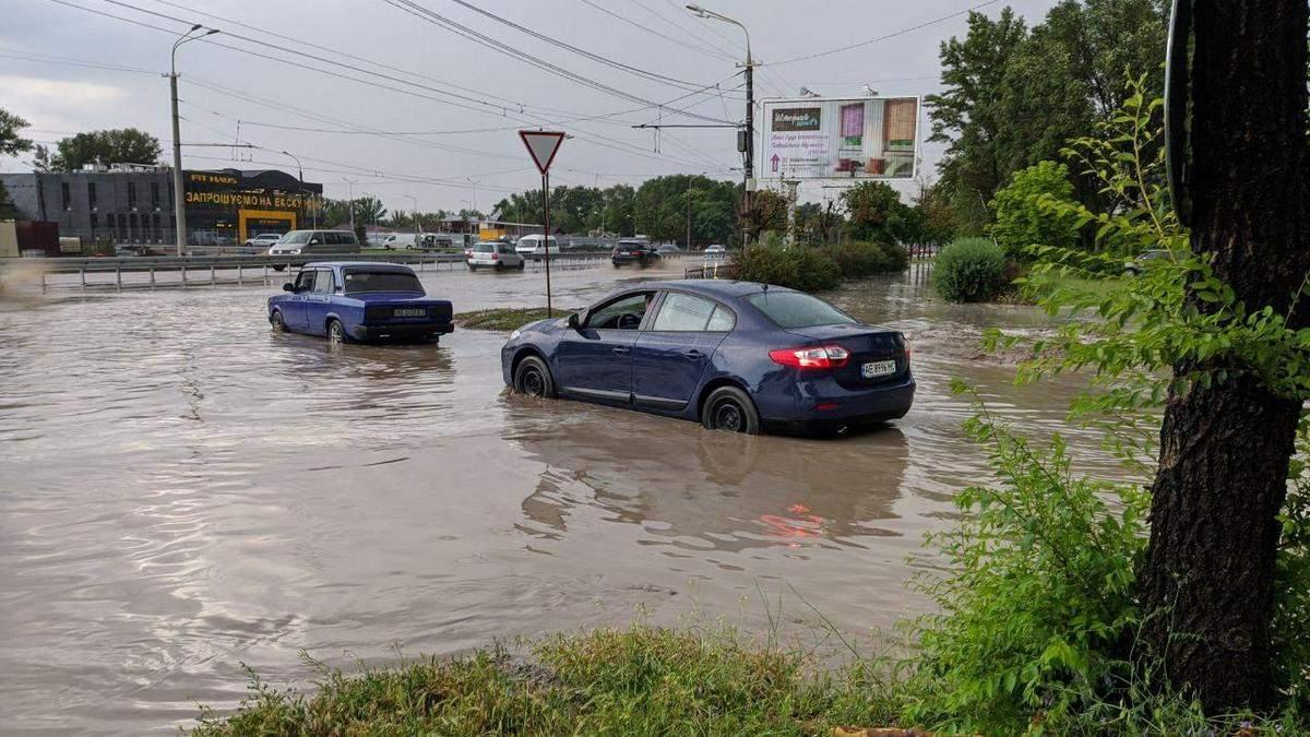 Дніпро накрило дощем із грозою, у Запоріжжі пройшла злива з градом