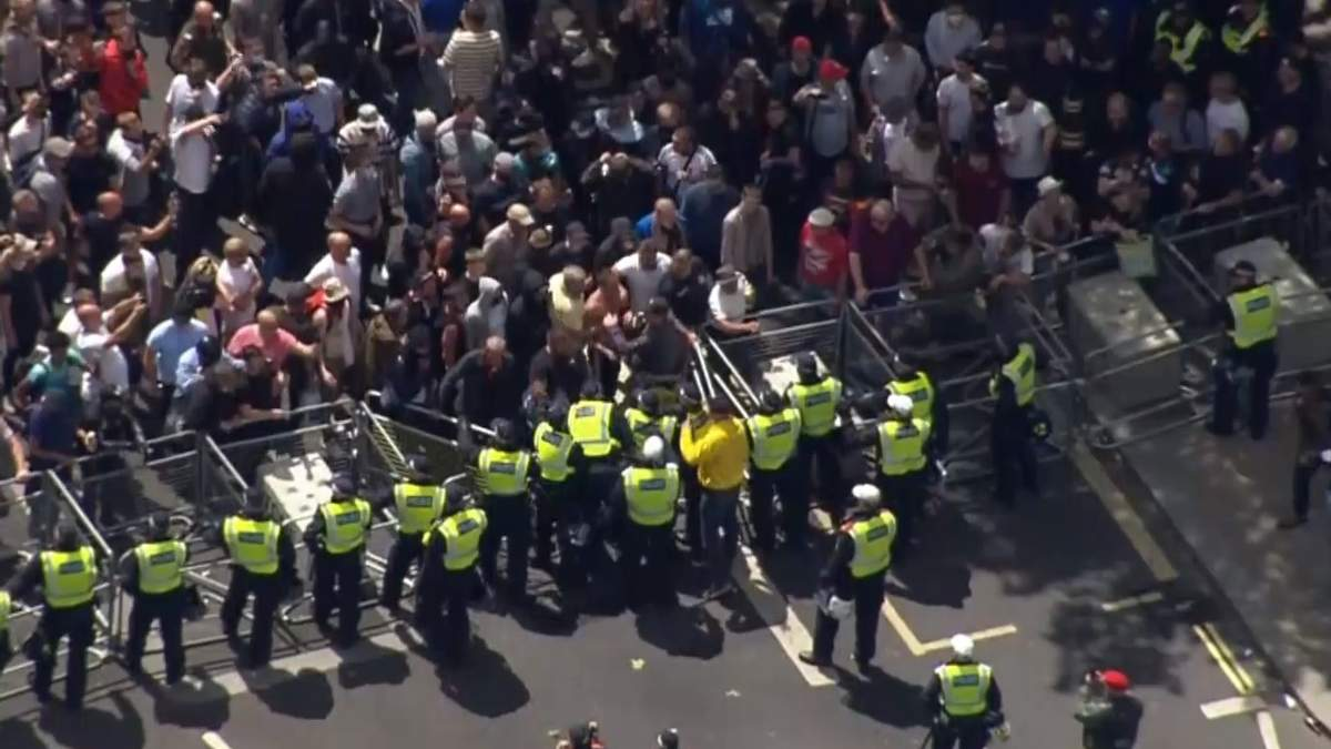 Столкновения протестующих и полиции