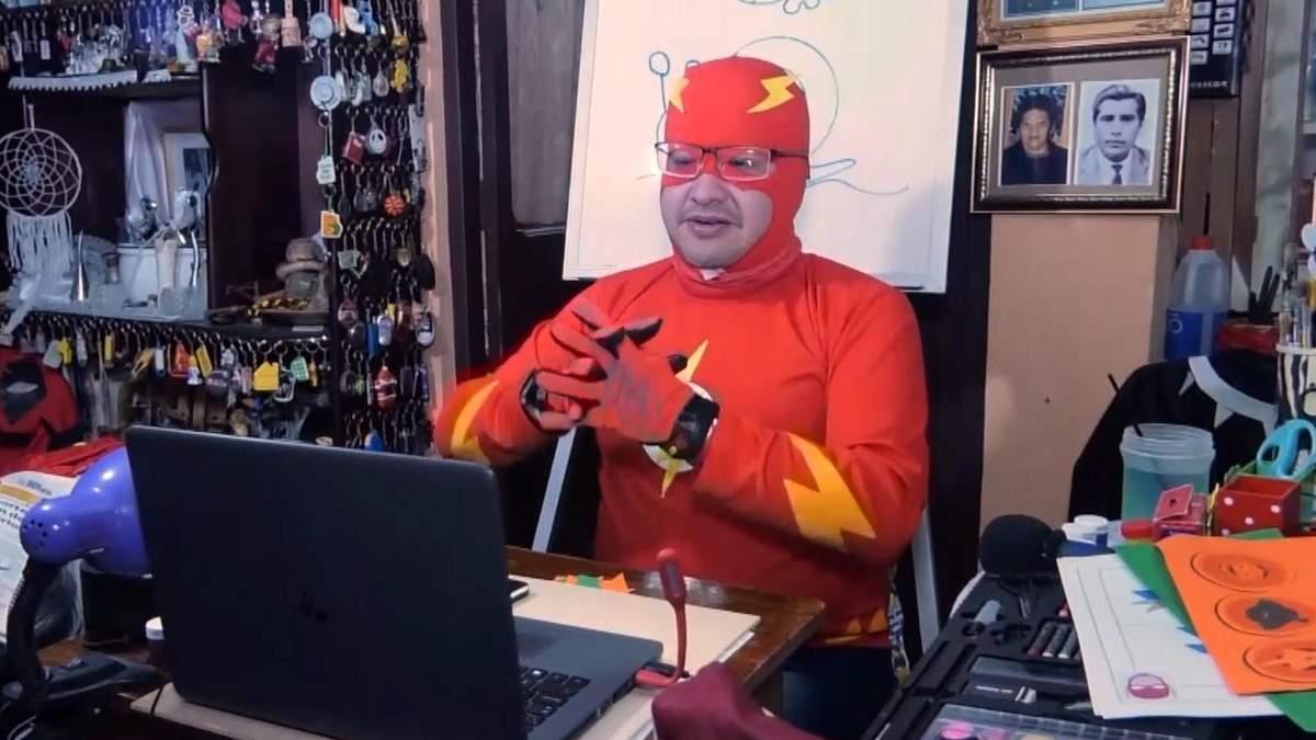 Болівійський вчитель викладає у костюмах супергероїв, щоб підтримати учнів: зворушливе відео