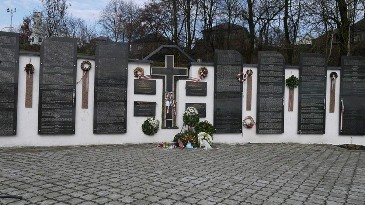 Вандали понищили частину меморіального парку на Закарпатті: реакція очільника МЗС Кулеби