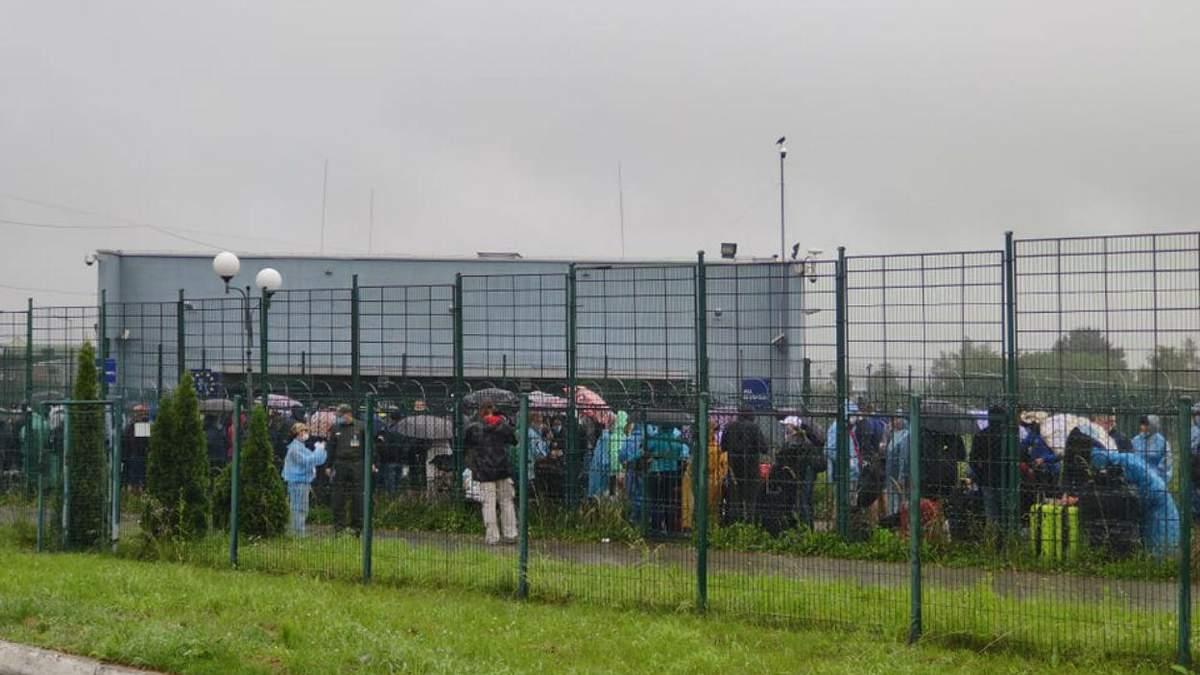Украинцы часами мокнут под дождем на границе с Польшей: фото огромной очереди
