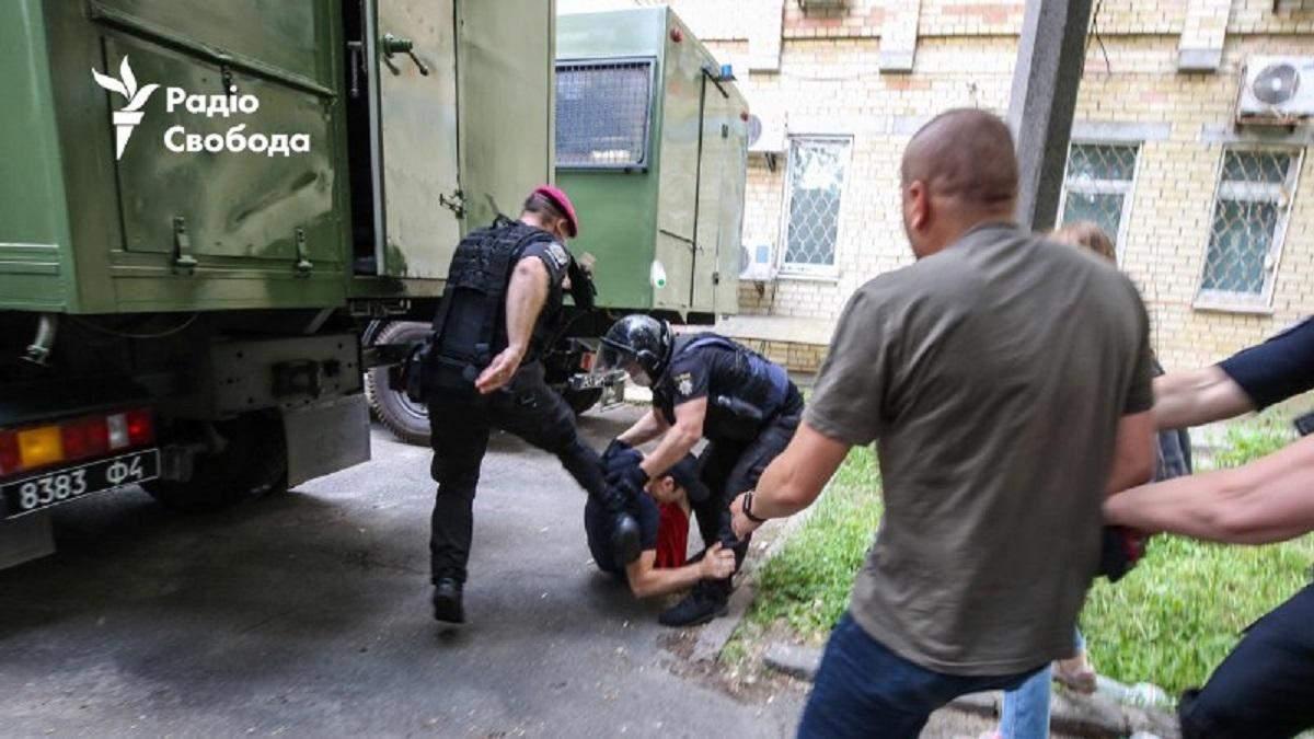 Правоохоронці б'ють активіста