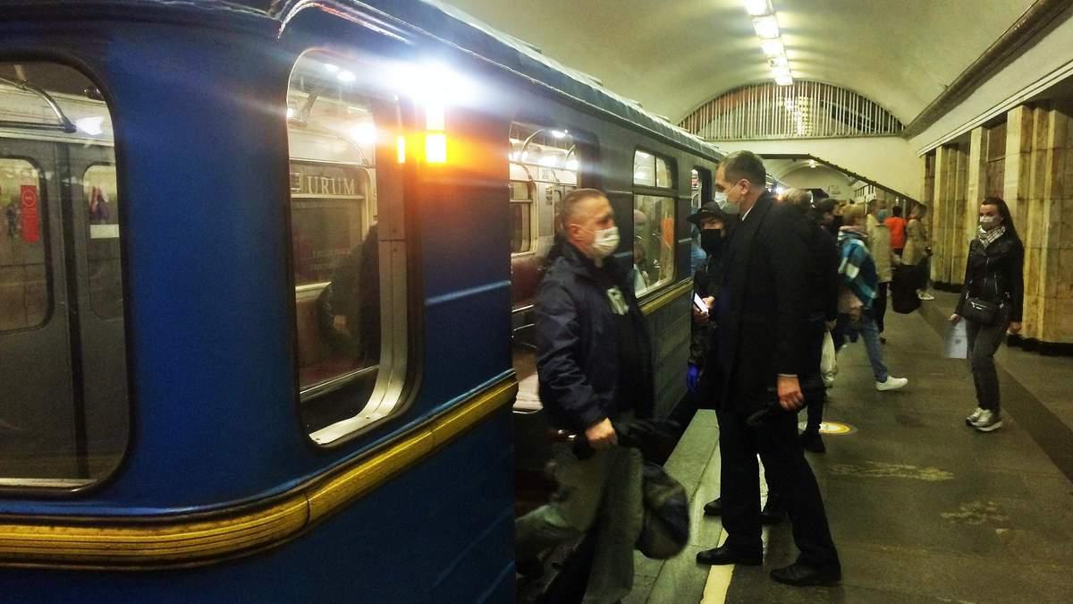 Як виглядає киїське метро: натовпи людей і жодної дистанції