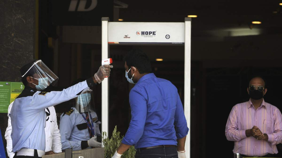 "Мужчина в Индии, который ""лечил"" от COVID-19 своими поцелуями, умер от коронавируса"