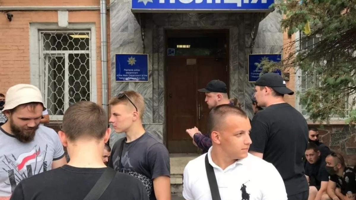 Поліція відпустила з райвідділку 12 активістів Нацкорпусу: націоналісти оголосили безстрокову акцію проти Шарія