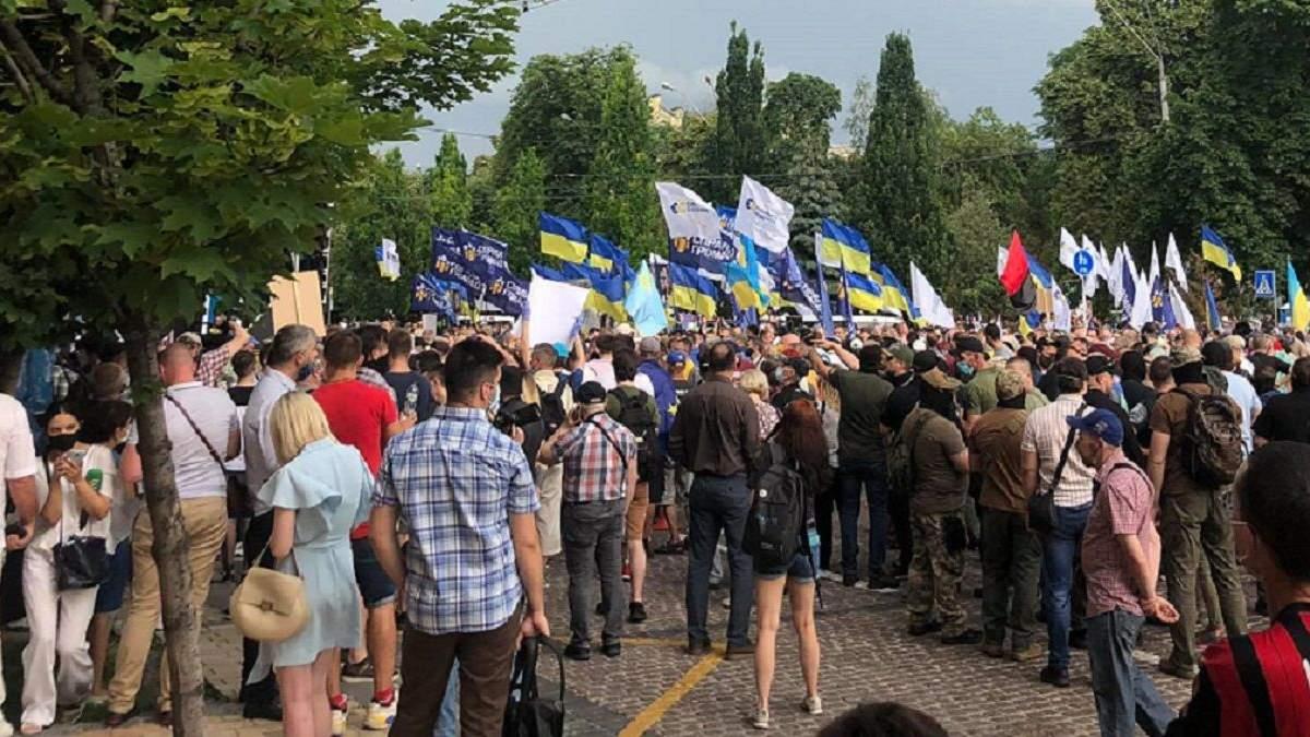 Прихильники Порошенка прийшли на Банкову до Зеленського: фото і відео