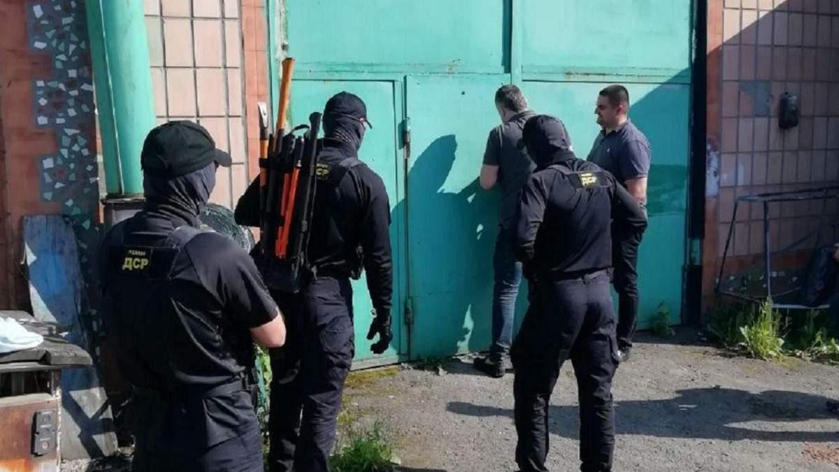 В Ровно обыскали СТО: нашли оружие, янтарь и ворованный автомобиль – фото находок