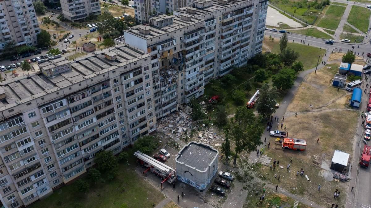 Місце вибуху у Києві зняли з дрона, прибули Кличко й Аваков: що там відбувається