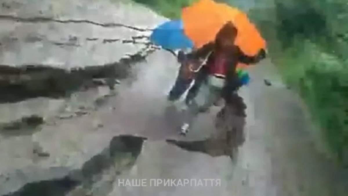 В Яремче под женщиной с детьми сдвинулась дорога: видео