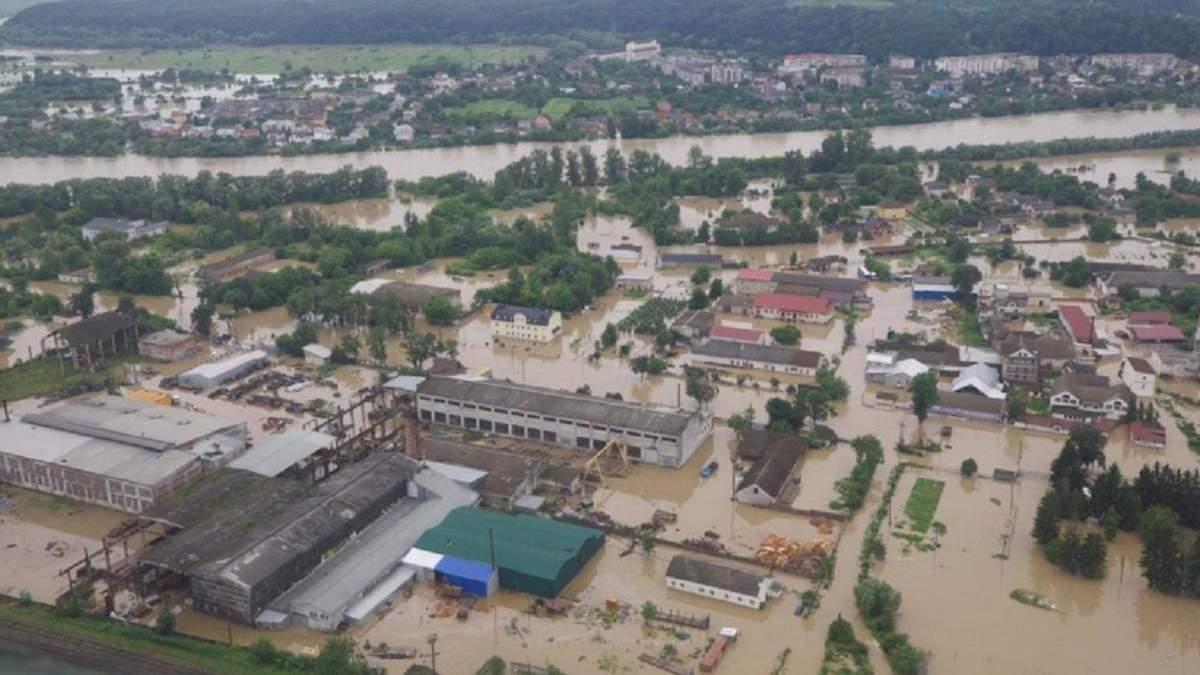 Негода на Прикарпатті: прилетів гелікоптер з допомогою