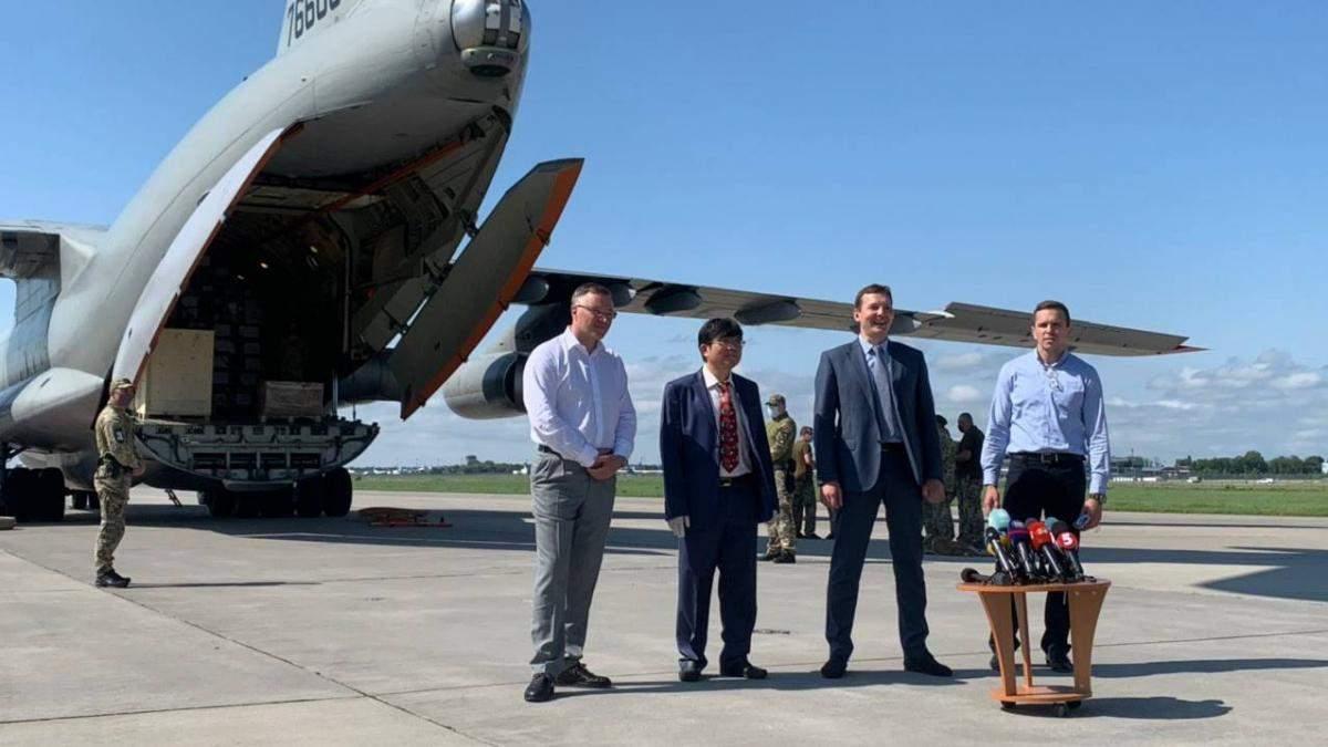 У Київ з Китаю прибув військово-транспортний з гумдопомогою