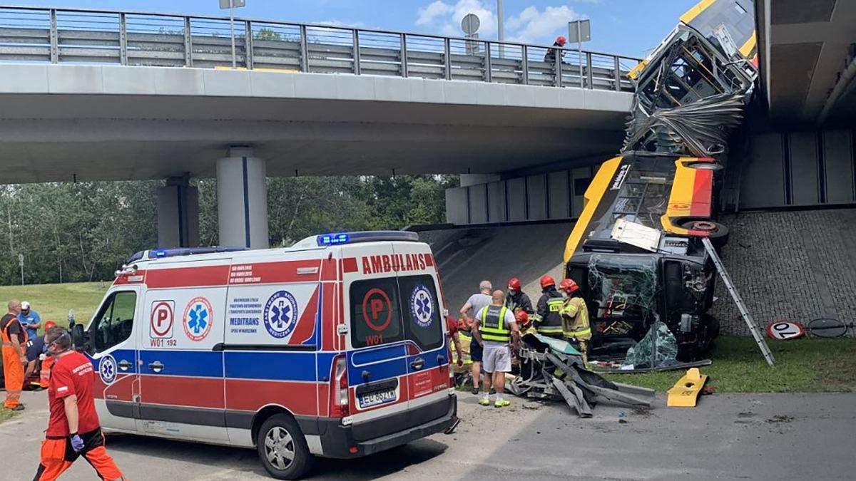У Варшаві автобус впав з моста: є жертви - фото з місця