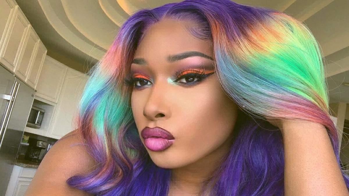 Тренд: Megan Thee зробила райдужний експеримент з волоссям – відео