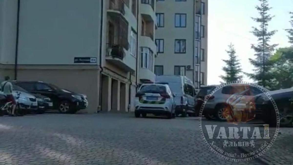 Сімейна сварка завершилася стріляниною у Львові: чоловік вистрелив сину у шию, а собі – у голову