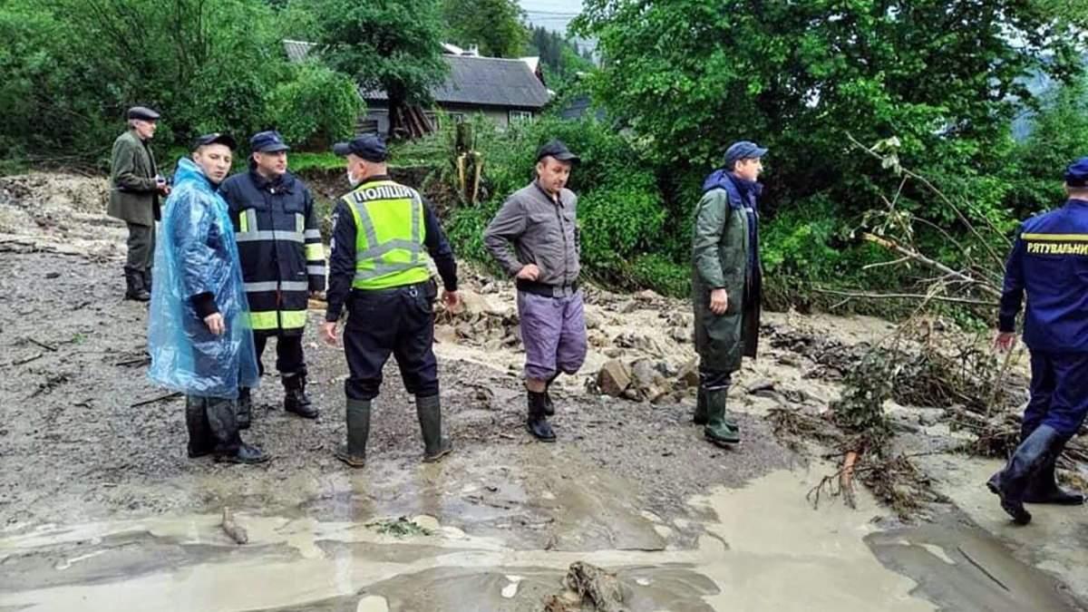 Наводнение в Микуличине 25 июня 2020: дамбу может прорвать