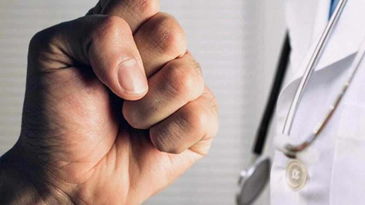 Неадекватні молодики сильно побили лікаря під час виклику на Закарпатті: Супрун б'є на сполох