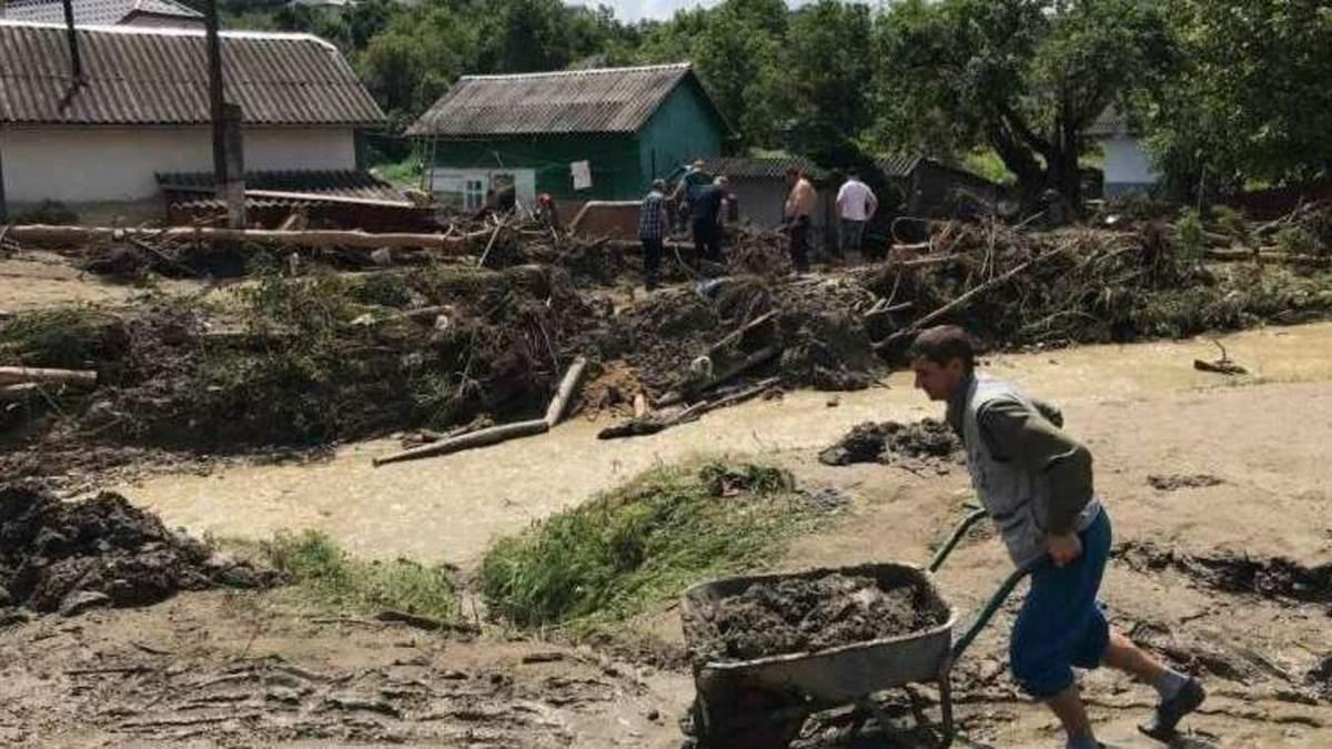 Мешканці села Ревне самотужки долають наслідки негоди