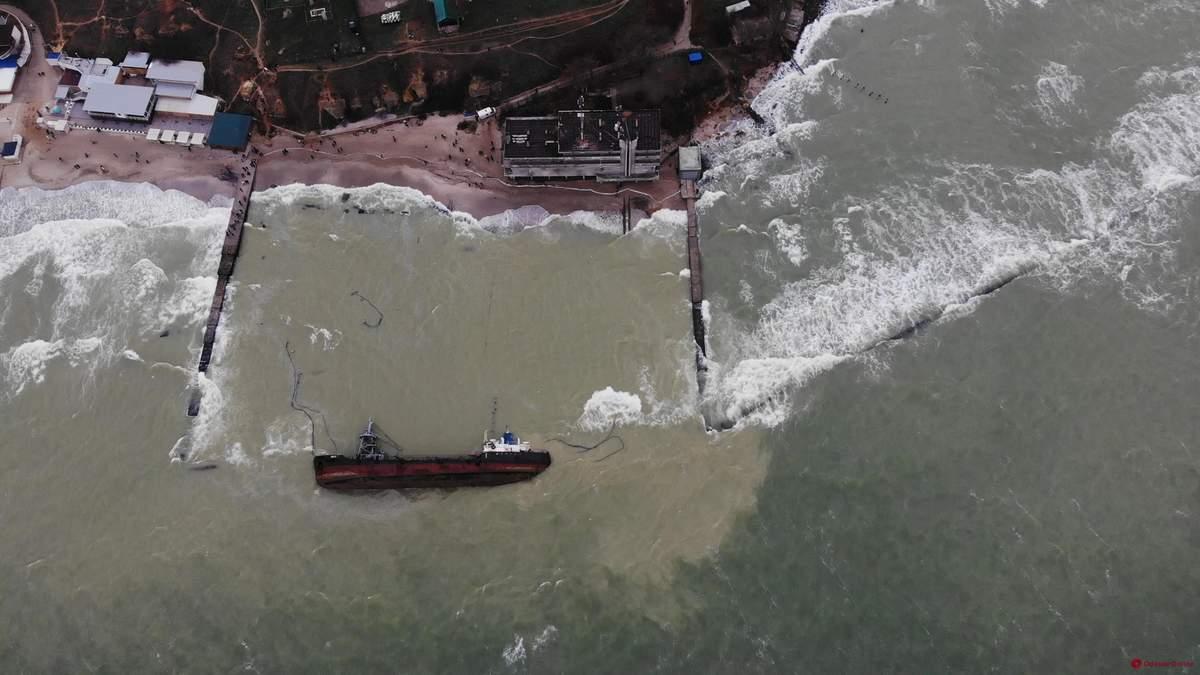 """В Одессе закрыли доступ к пляжу """"Дельфин"""" из затонувшему танкеру """"Делфи"""""""