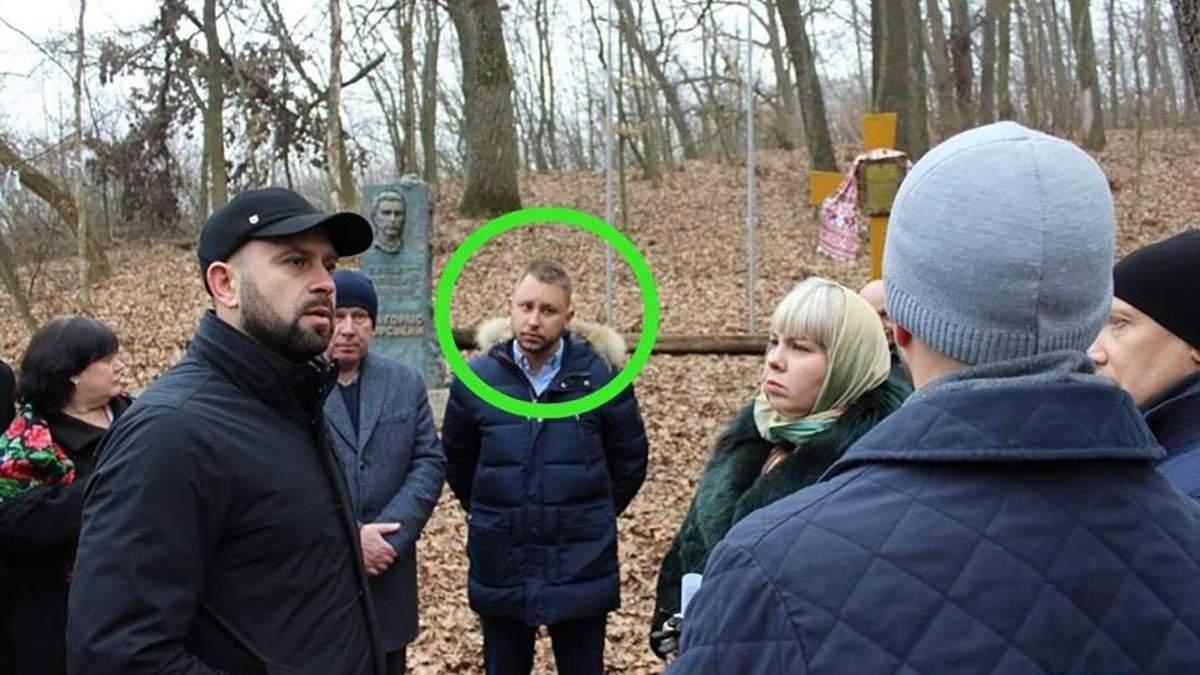 Сергей Шевченко в центре, выделен зеленым кругом