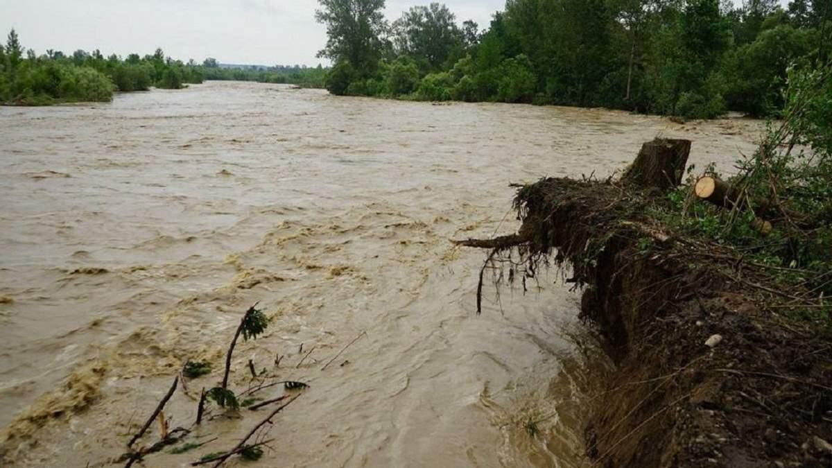 Знищені кілометри доріг, пошкоджені 120 мостів: Аваков розповів про наслідки негоди на Заході