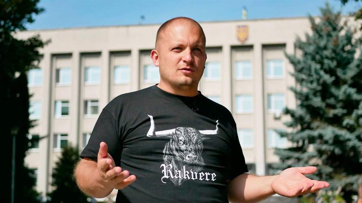 Мер Конотопа Семеніхін через Шарія спалив російський прапор під посольством РФ: відео.