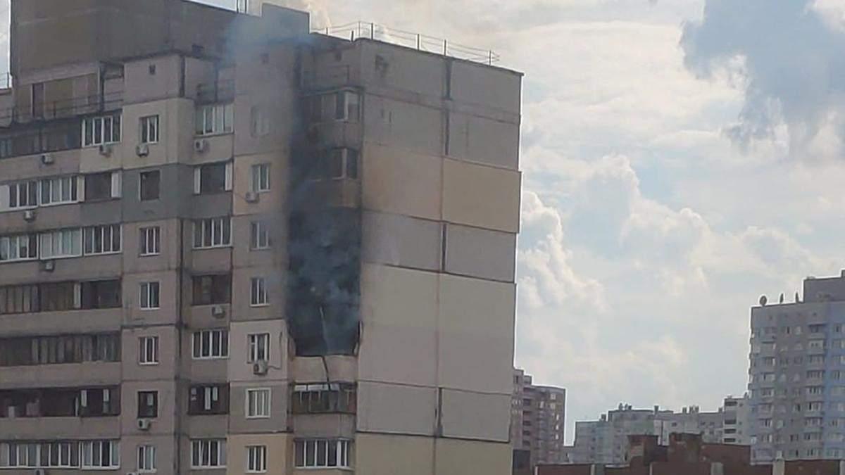В Киеве на Позняках произошел пожар в многоэтажке: это рядом с домом, где недавно прогремел взрыв