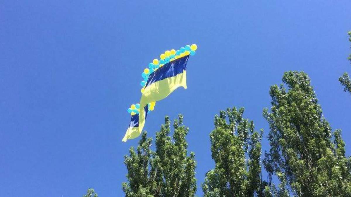 У небі над окупованим Донецьком пролетів гігантський прапор України: відео