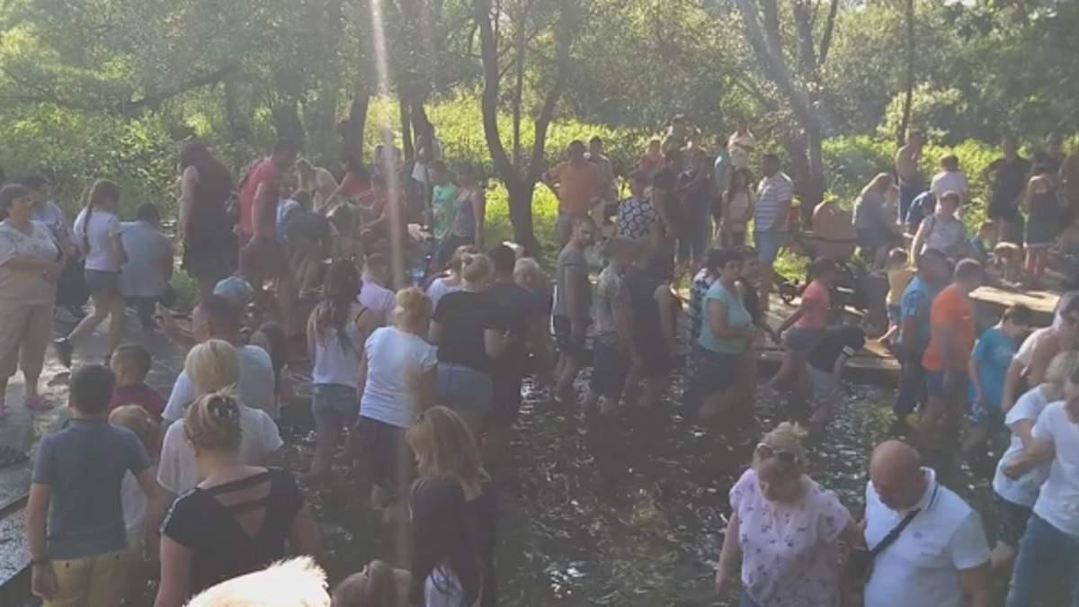 Массовое купание в роднику на Львовщине 28 июня 2020: видео