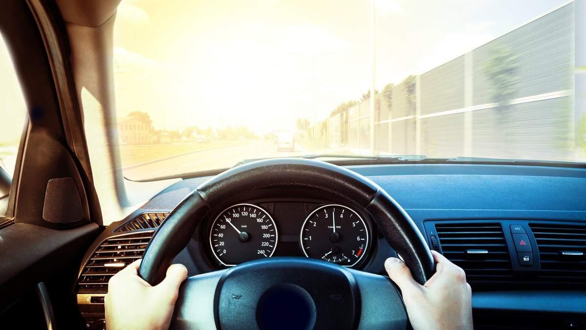 Дитина їхала сама за кермом на величезній швидкості у Житомирі – відео
