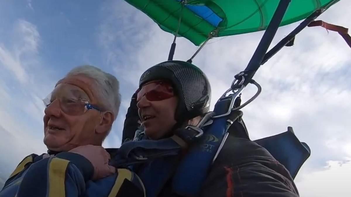 73-летний пенсионер поразил сеть: впервые прыгнул с парашютом – видео