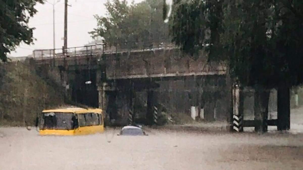 Непогода разбушевалась в Мариуполе: машины утонули в воде, повалены деревья – фото, видео