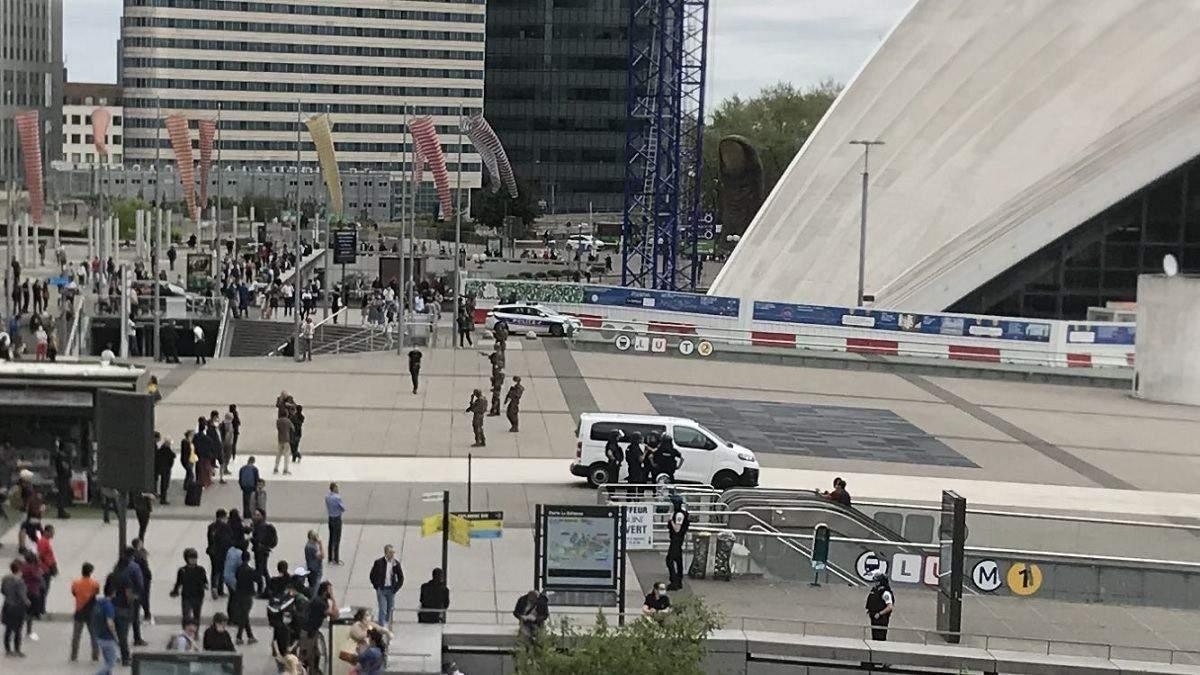 Люди выходят с поднятыми руками: эвакуация из ТРЦ в Париже – фото, видео