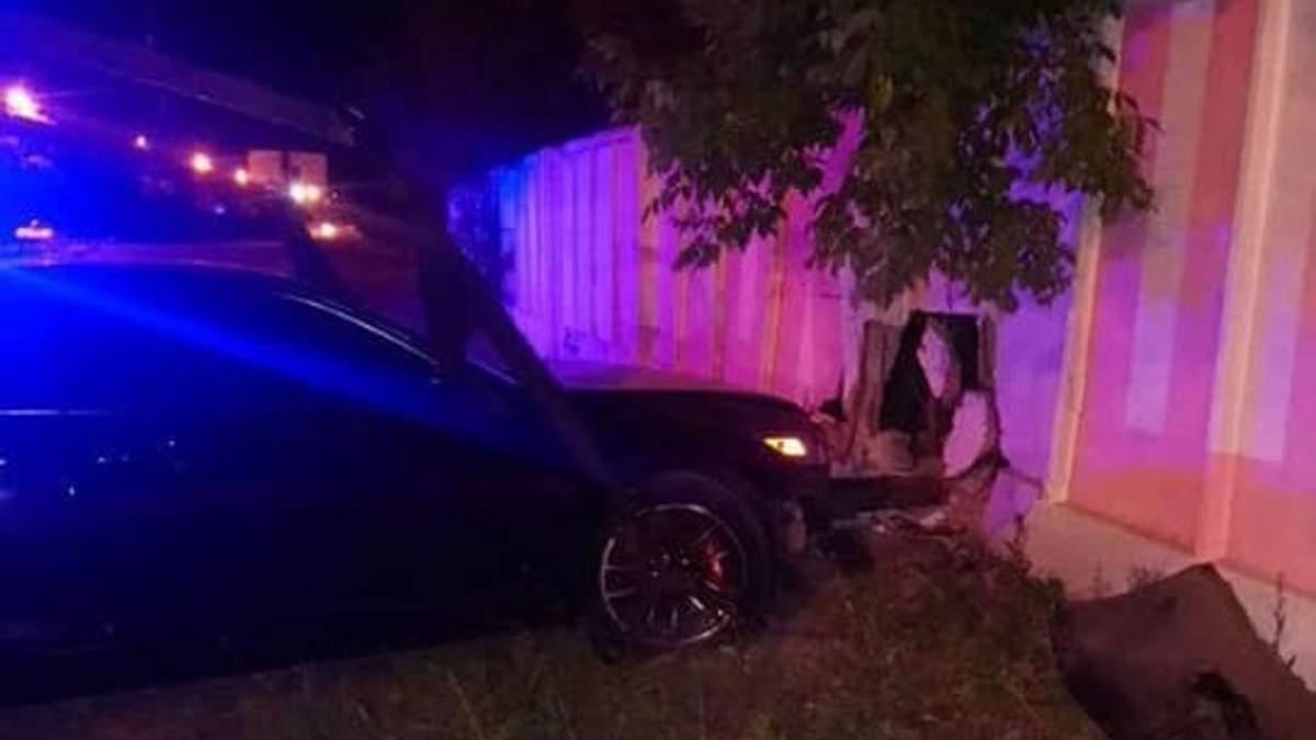 У Києві п'яна водійка потрощила бетонний паркан