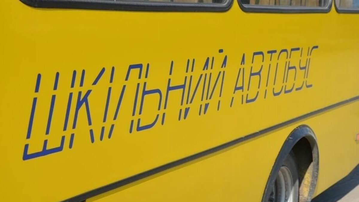 Абітурієнти штовхають автобус, щоб встигнути на ЗНО