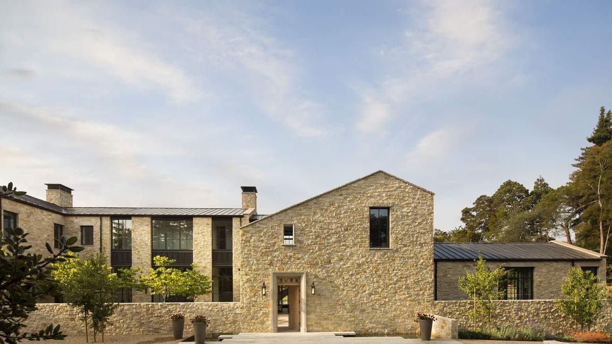 Будинок облицьований каменем