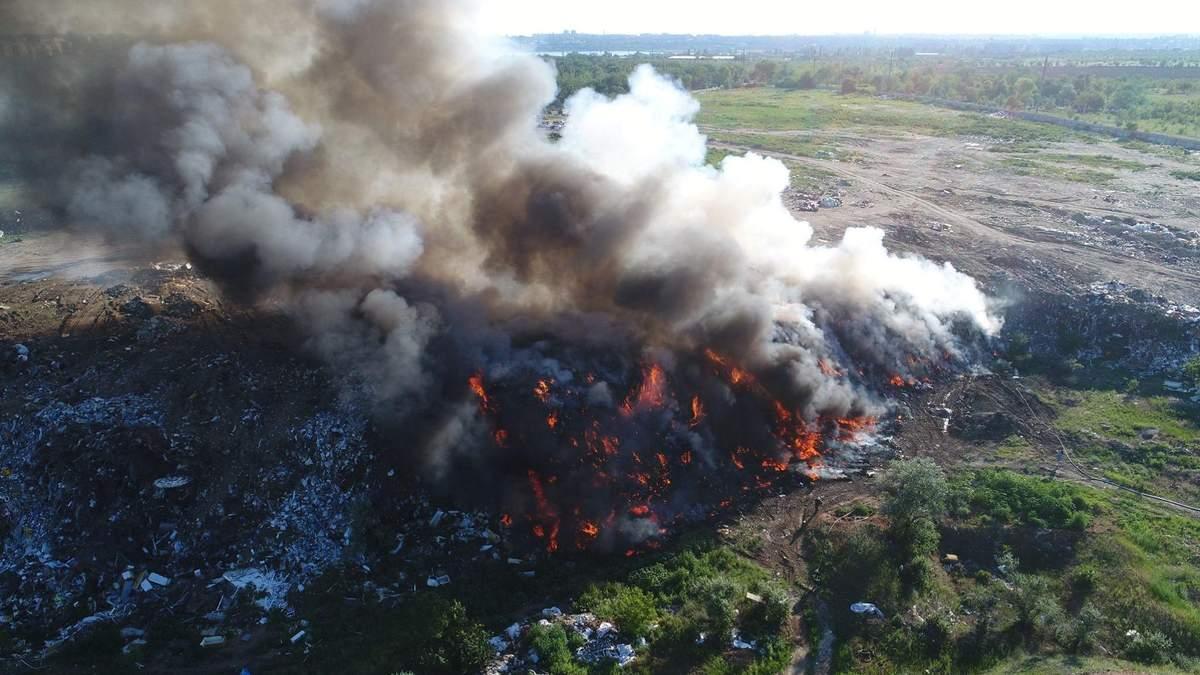 На Миколаївщині палає сміттєзвалище: жахливі фото і відео