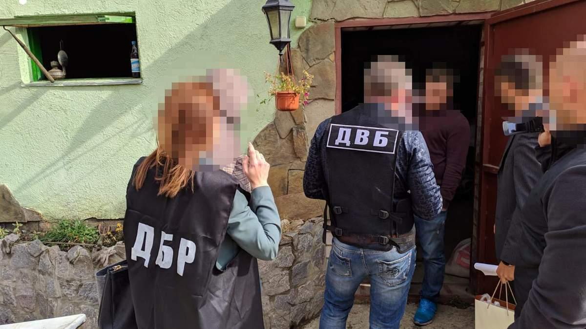 Полицейский выманил у женщины более миллиона гривен