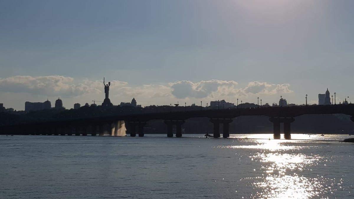 Прорыв теплотрассы на мосту Патона в Киеве 5 июля