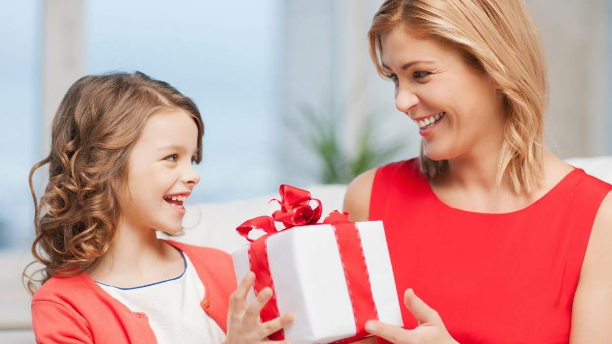 Як правильно дарувати дитині подарунки, щоб не розпестити її