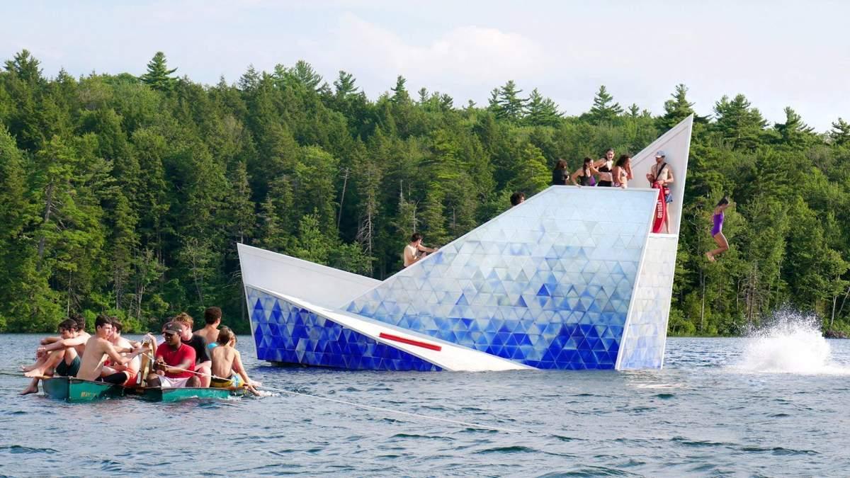 Айсберг является довольно популярным среди пловцов учитывая жаркую погоду