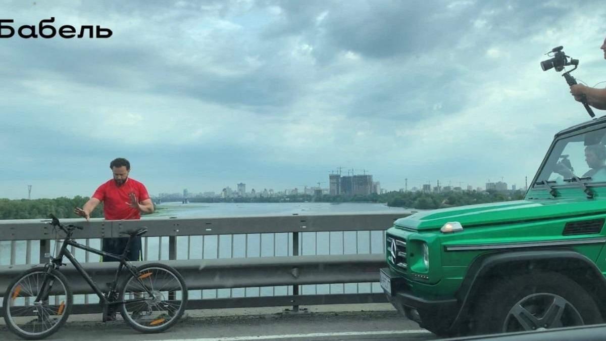 Дубінський на велосипеді створив затор на Південному мосту Києва: знімав проморолик – фото