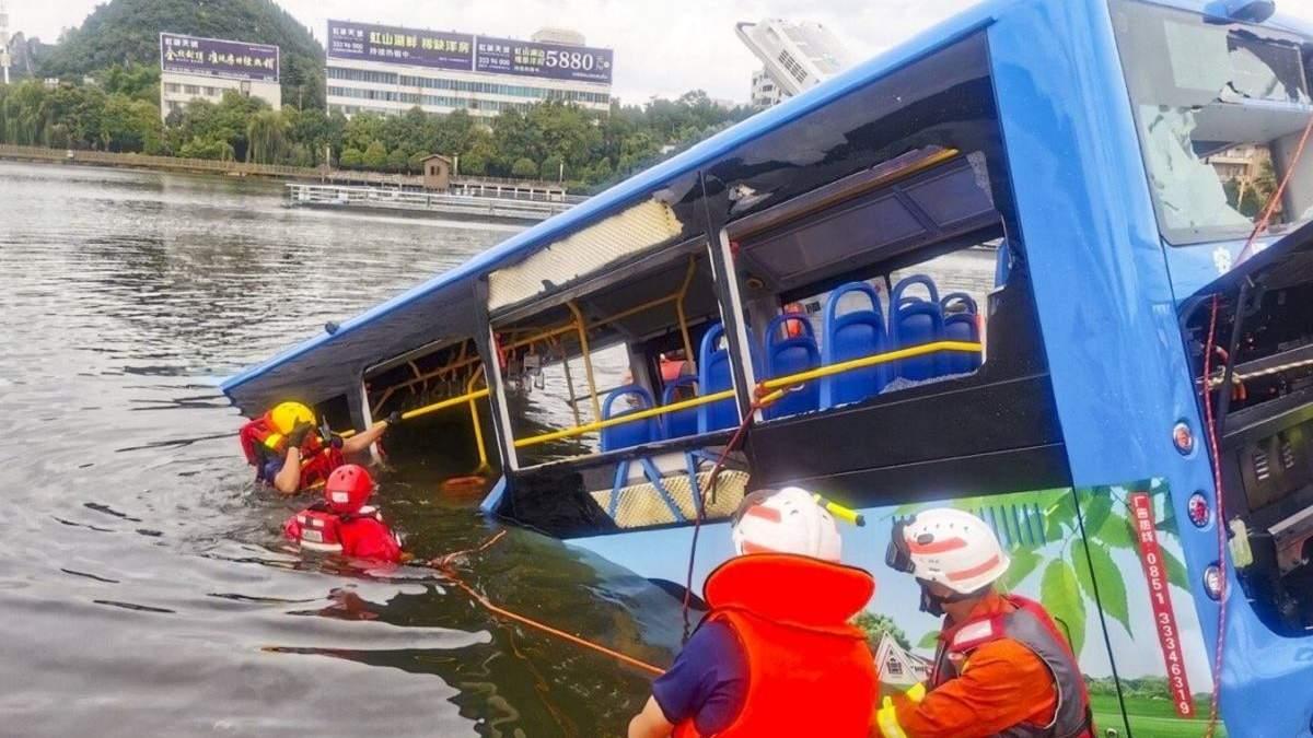 У Китаї автобус з людьми впав у озеро: є жертви – фото, відео