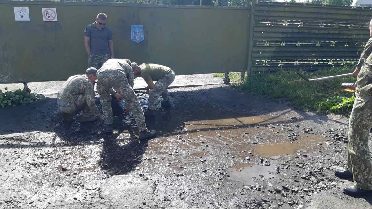 Військові вигрібали воду з калюж перед візитом Зеленського: відео