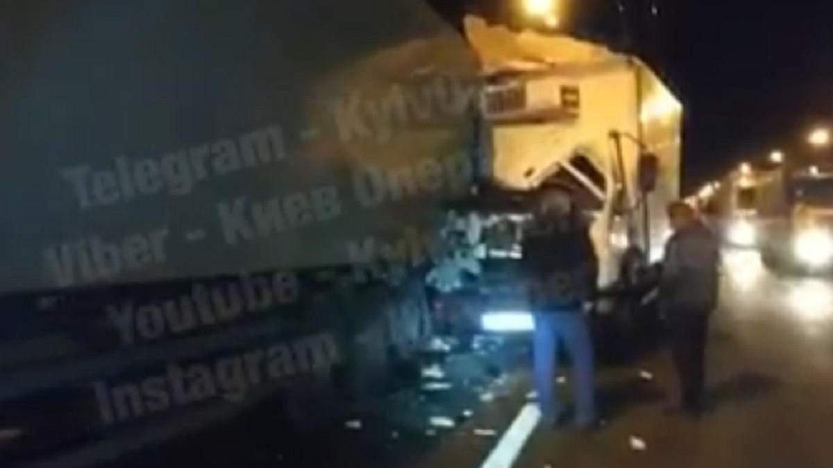 ДТП у Києві з вантажівками: є постраждалий – відео