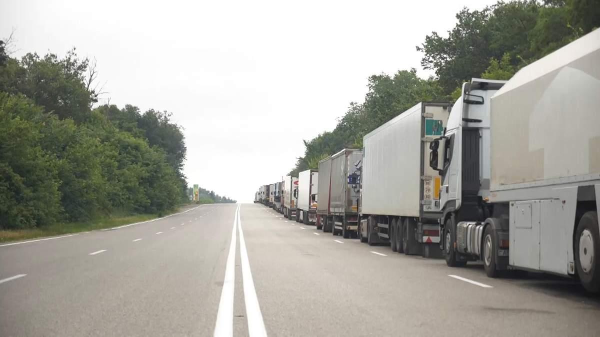 На границе с Россией образовался двухкилометровый затор из фур: видео