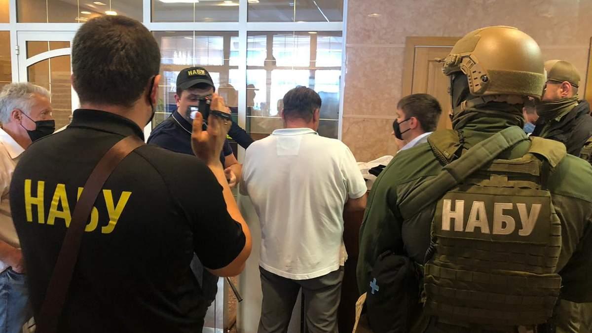 НАБУ і САП повідомили про підозру громадянину, який намагався підкупити главу ФДМ Сенниченка